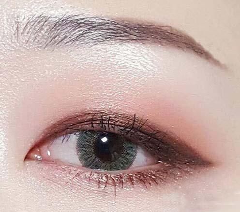 不要以为单眼皮的妹子就不能用紫色的眼影了